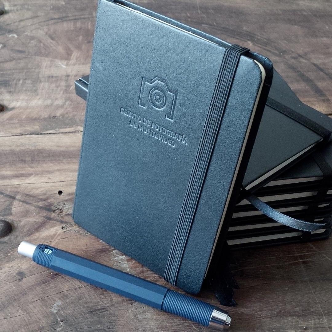 Libreta de notas de confección artesanal para los amigos de @cdfmontevideo Detalle en tapa golpe en seco tradicional. Colaboración de @lapianura