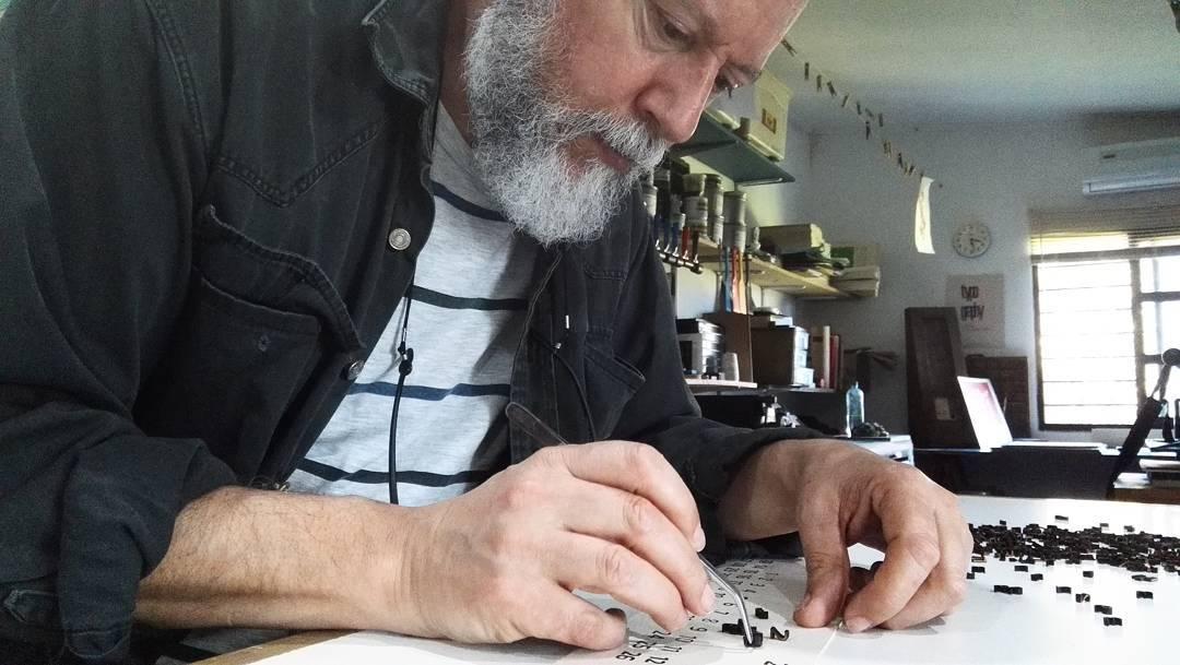 Trabajando con los tipos móviles de la tipografía Trasandina de @ferfolio en la preparación de las matrices de impresión del Calendario 2018. En breve se imprime