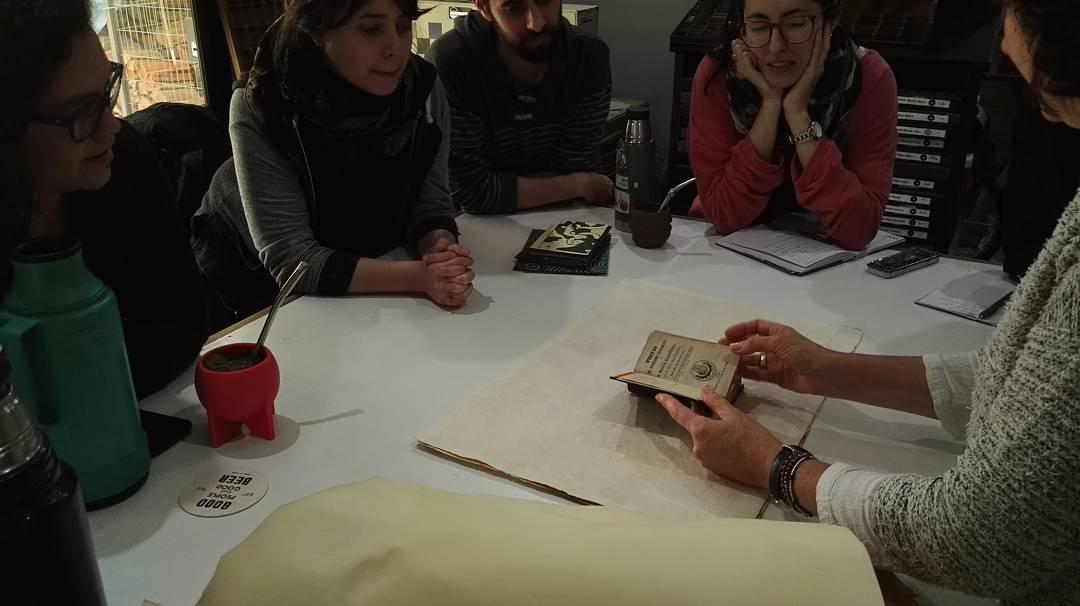 Comenzando el Taller Las Artes del Libro. Presentación de la historia del papel y la encuadernación, analizando libros antiguos
