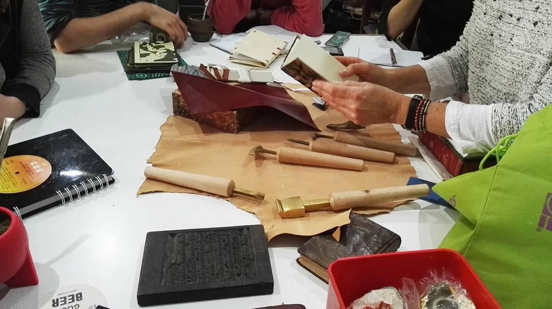 Explorando materiales y herramientas tradicionales de encuadernación ... Taller las Artes del Libro