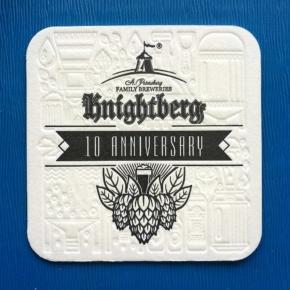 Hermoso posavaso impreso a una tinta más bajo relieve, de la  marca Knightberg de San Petersburgo