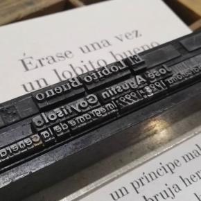 """Seguimos publicado las """"hojas de poesía"""". En este caso preparando la composición tipográfica que acompaña la hoja del poema """"El Lobito Bueno"""" de J. Agustín Goytisolo. En Junio las podrán encontrar en nuestro espacio en la feria de arte impreso @microutopiaspress en el CCE"""
