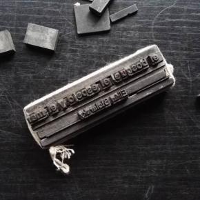 """Luego de la impresión nos quedamos con estas pequeñas joyas que cuesta mucho desarmar… Por el momento atamos fuerte para mantener la composición en su lugar  y esperamos por una segunda edición 😉 —————– """"el bosque, el espejo y el mar""""  de Elián Stolarsky —————– Recuerden que por $ 850 ya pueden tener uno de los 50 ejemplares de esta primera edición que realizamos en conjunto con los amigos de @hecatombe_ed"""