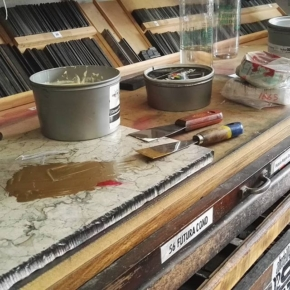 Les comparto una receta de la cocina del taller… Un poco de Pantone 872, una pizca de rojo y un toque de blanco y tenemos un cobreado espectacular 😉