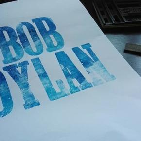 Procesos 2 Typos de madera + tinta en azules + Dylan, se viene afiche
