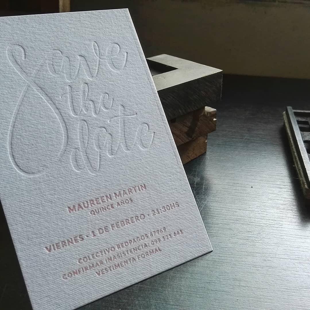 Al comienzo de año nos hicimos un rato para imprimir estás invitaciones a una tinta + golpe en seco sobre papel texturado de @fedrigoni.deutschland Un trabajo que disfrutamos mucho imprimir @fedrigoniclub