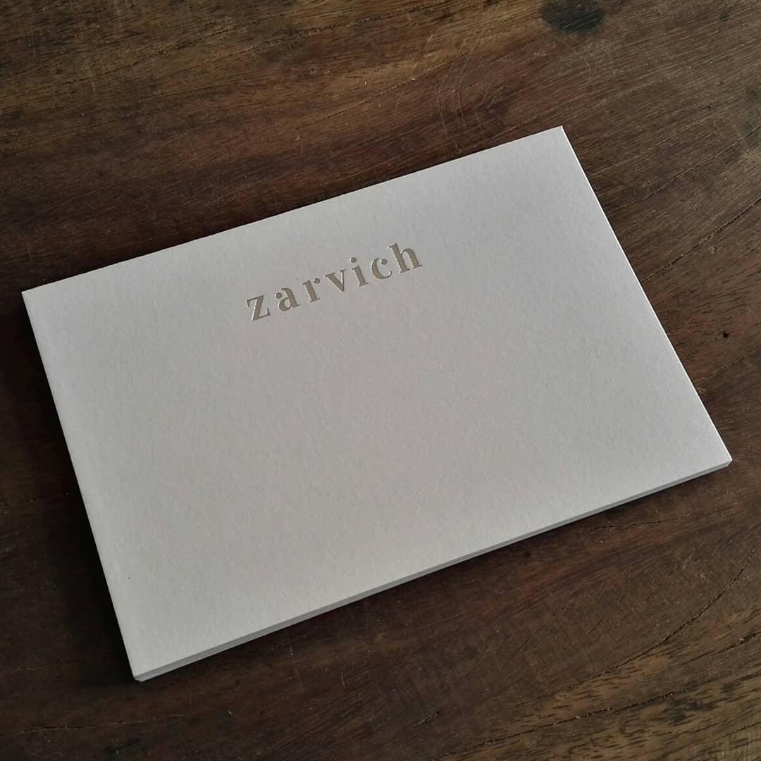 De a poco volviendo al ruedo… Tarjetones de 10 x 15 en papel Rives texturado de 360 grs con logotipo en foil stamping plata para @zarvich.uy
