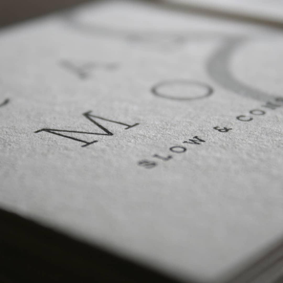Una muy interesante combinación de serigrafía + letterpress en estos tags para @calmoslow sobre cartón ecológico#ecofriendly