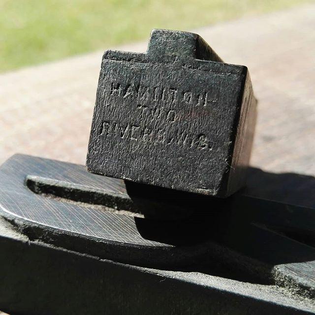 – Arqueología tipográfica – Luego de quitar mucha tierra acumulada y capas de tinta de varias decadas se empieza a leer la siguiente leyenda / HAMILTON TWO RIVERS WIS. / lo que identifica el fabricante de una de las nuevas tipografías de madera que ingresaron al taller